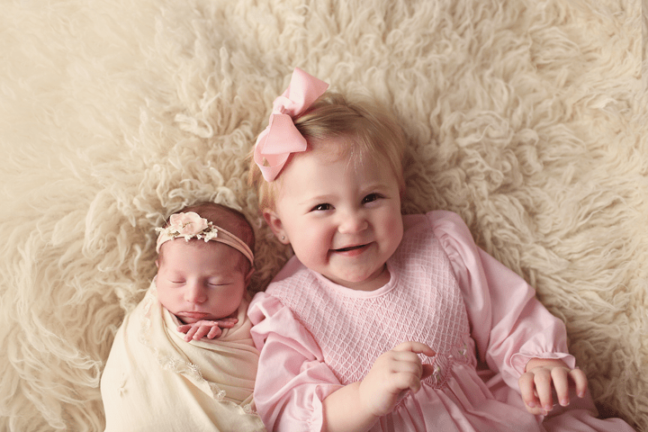Newborn-girl-with-sister