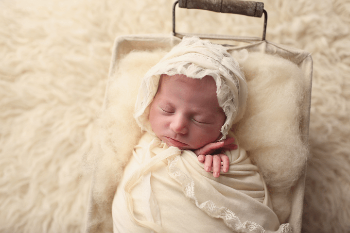 newborn-girl-in-white-bonne