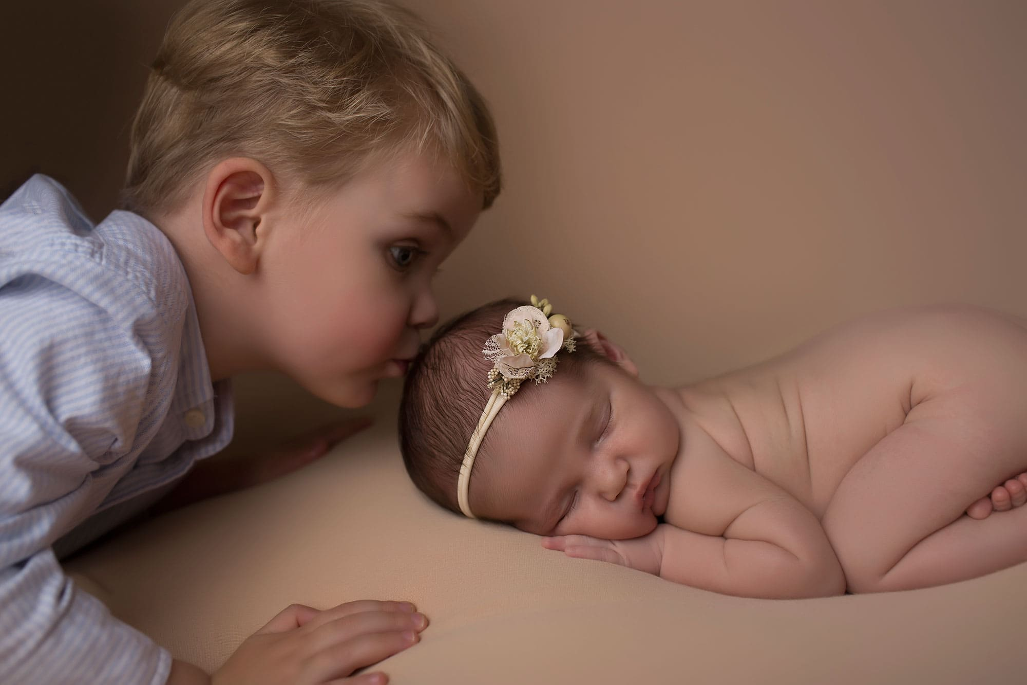 brother-kissing-newborn-sister